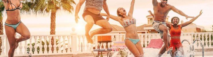 5 ideias de brincadeiras na piscina que a família toda vai se divertir