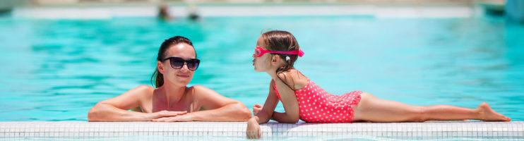 Com que idade devo ensinar meu filho a nadar